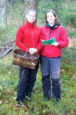 Tuula Niskanen (with basket) and Aino Juslén in Mariefred Forest