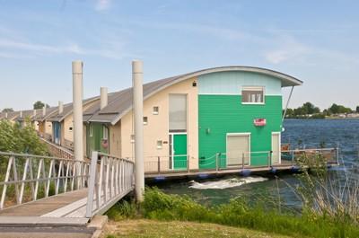 Grøn husbåd
