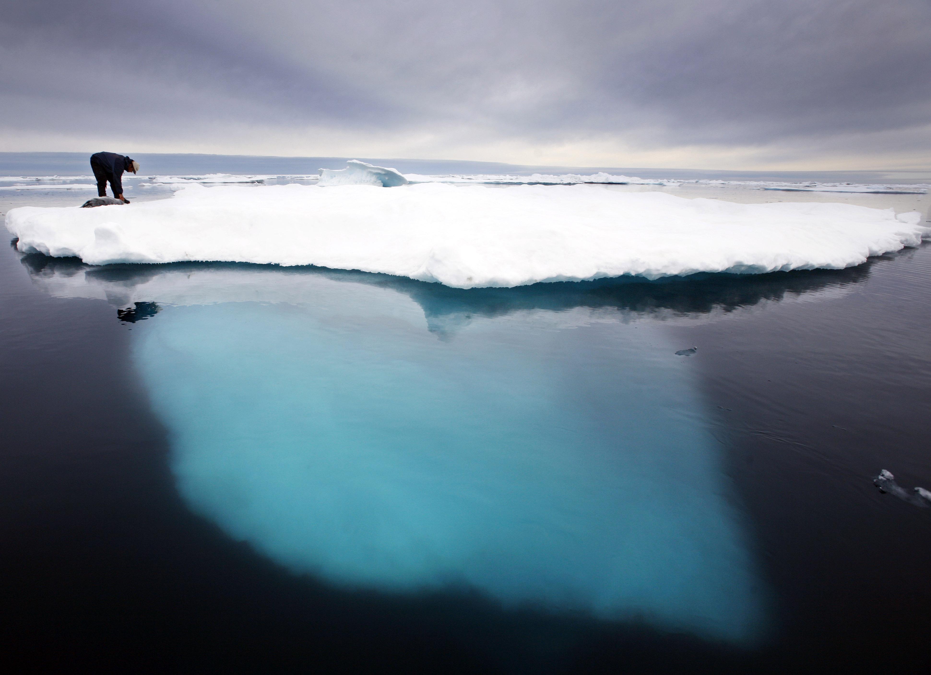 Imagem ao longe de Dines sobre o gelo